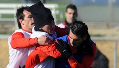 medel_y_spahic_se_pelean_en_un_entrenamiento
