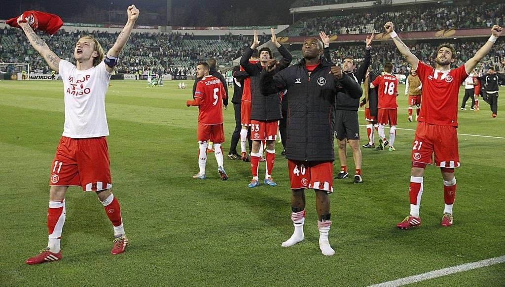 jugadores Sevilla celebrando