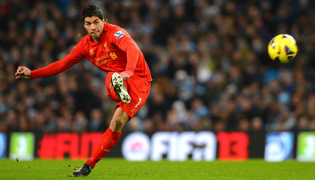 Luis Suarez Liverpool disparando