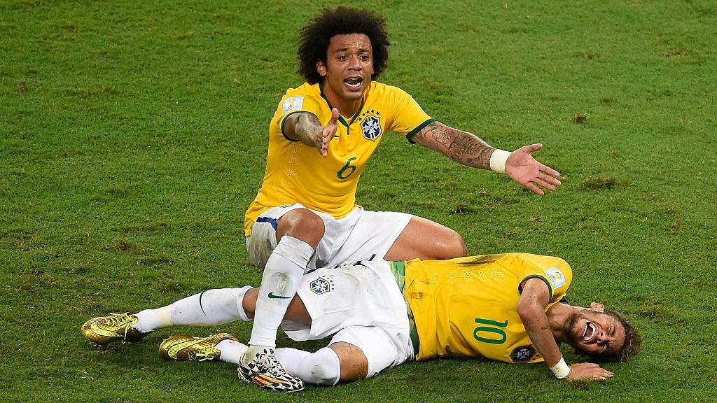 Neymar lesionado junto a Marcelo