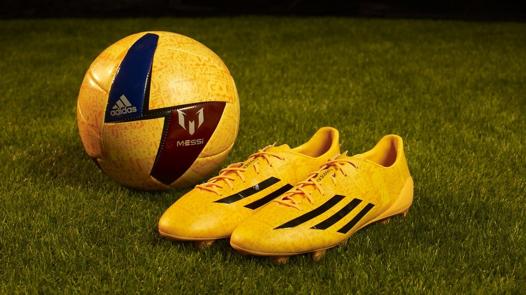 Botas y pelota de Messi