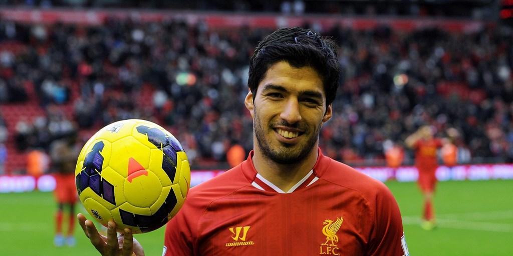 Luis Suarez con un balon