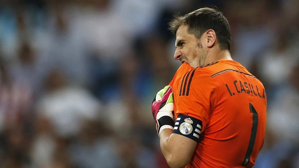 Iker Casillas mordiendo la camiseta