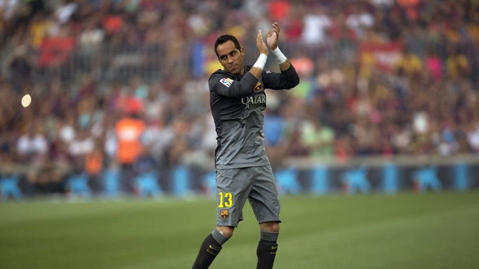 Claudio Bravo saludando al Camp Nou