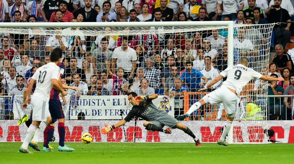 Benzema marcando un gol