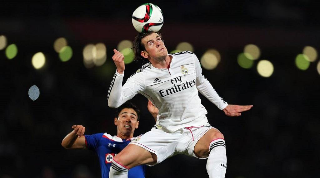 Gareth Bale rematando de cabeza