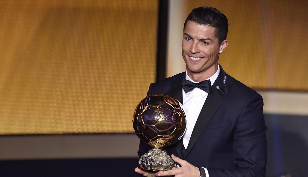 Cristiano Ronaldo recibiendo el Balon de Oro