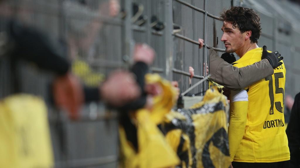Mats Hummels hablando con aficionados