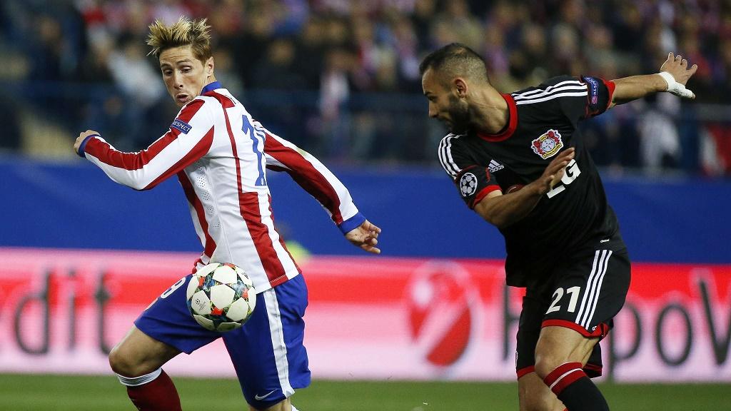 Torres y Toprak luchando por un balón