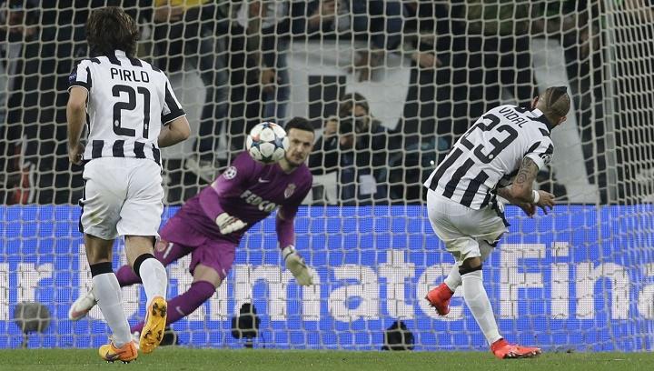 Arturo Vidal lanzando el penalti