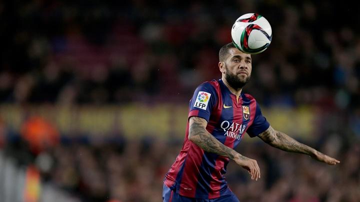 Dani Alves controlando un balón