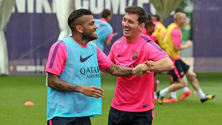 Dani Alves y Leo Messi sonriendo