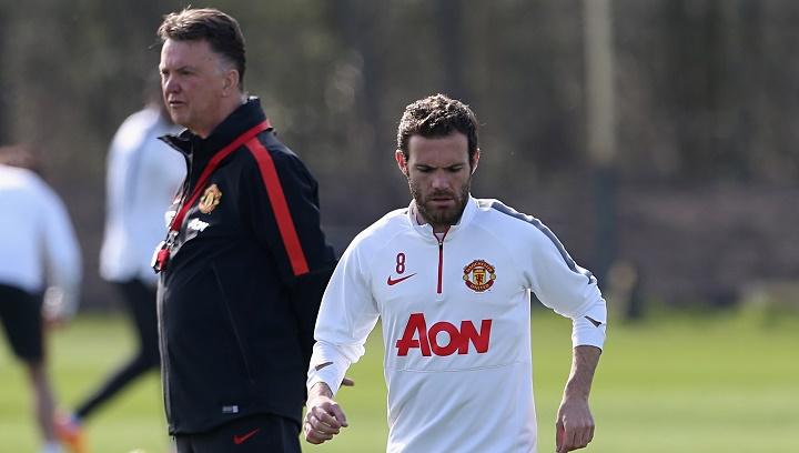 Van Gaal y Juan Mata en un entrenamiento