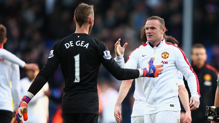 De Gea y Rooney chocándose la mano