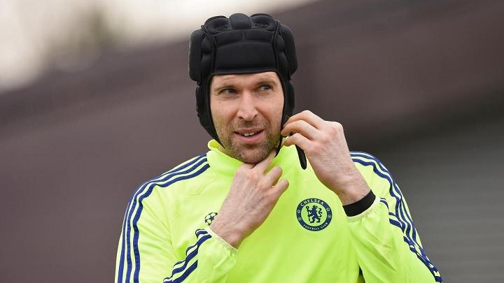 Petr Cech poniendose el casco