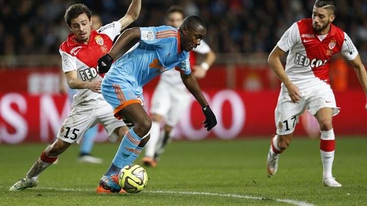 Giannelli Imbula conduciendo el balon