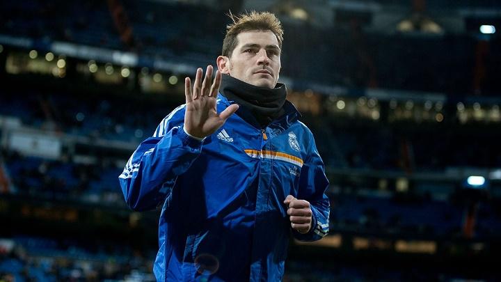 Iker Casillas saludando