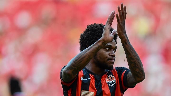 Luiz Adriano aplaudiendo