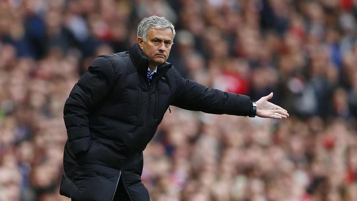 Jose Mourinho indicando