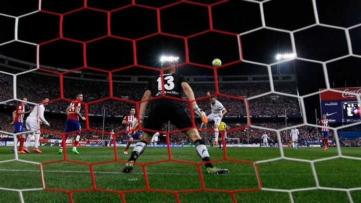 Karim Benzema remate de cabeza
