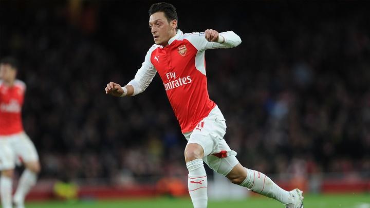 Mesut Özil conduciendo el balón