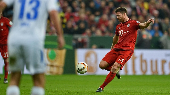 Xabi Alonso disparando