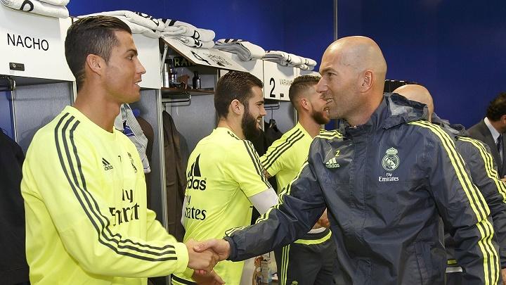 Cristiano y Zidane dandose la mano