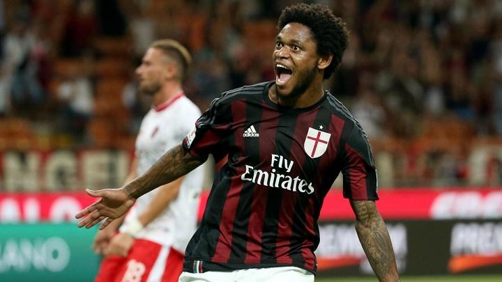 Luiz Adriano celebrando un gol
