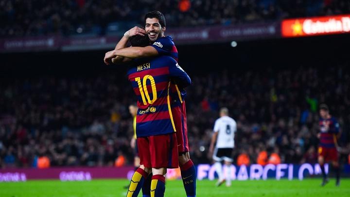Suarez y Messi abrazados
