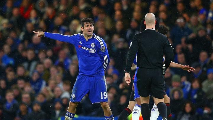 Diego Costa con el arbitro