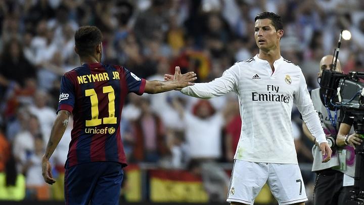 Neymar y Cristiano dándose la mano