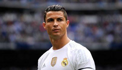 Cristiano Ronaldo pensando