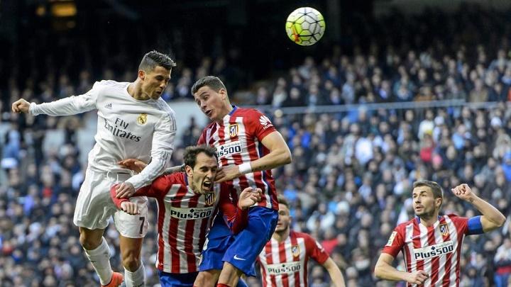 Cristiano Ronaldo rematando de cabeza