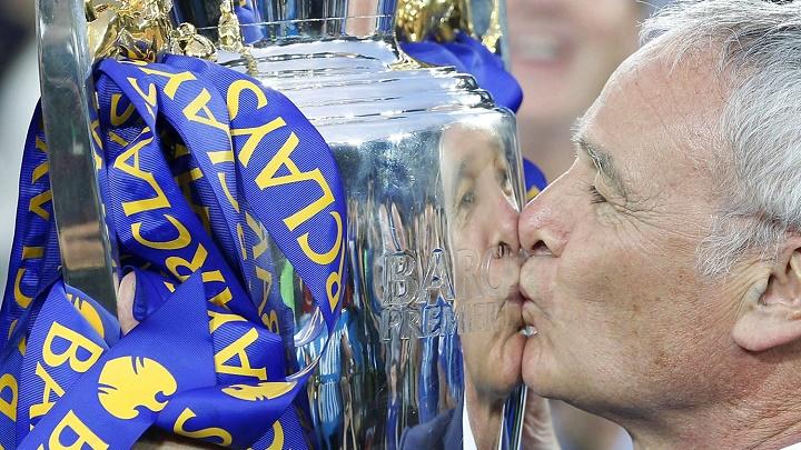Claudio Ranieri besando la Premier