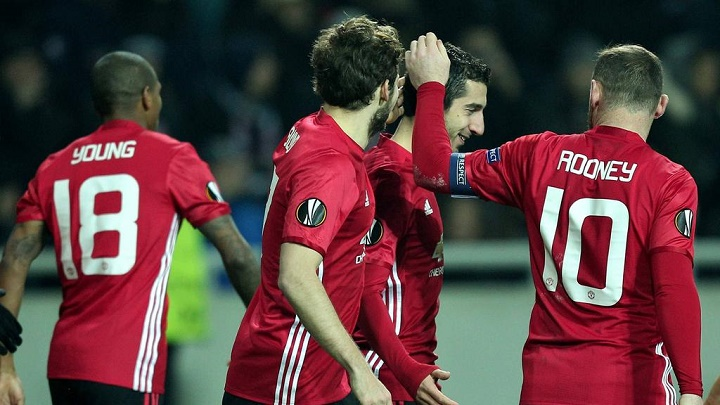 Mkhitaryan felicitado pro sus compañeros