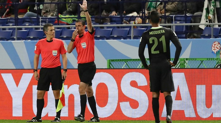 Viktor-Kassai-decretando-penalti