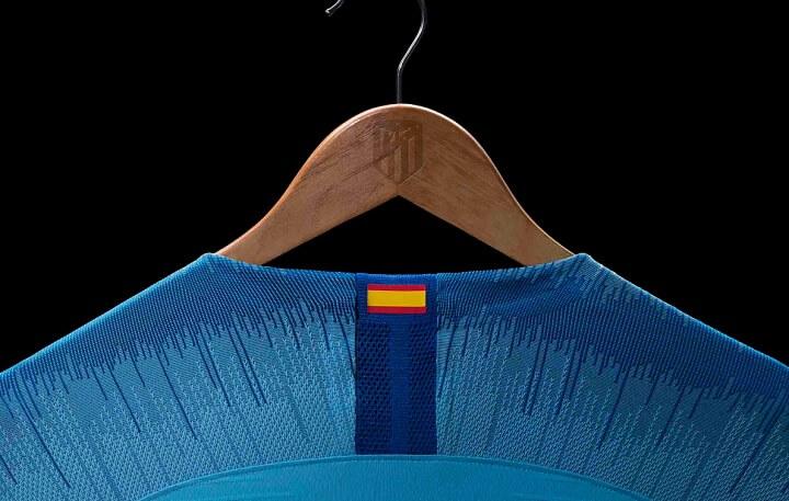 camiseta-azul-Atletico-de-Madrid-cuello