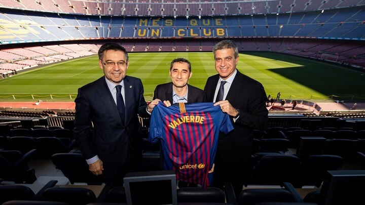 Valverde-posando-con-su-camiseta