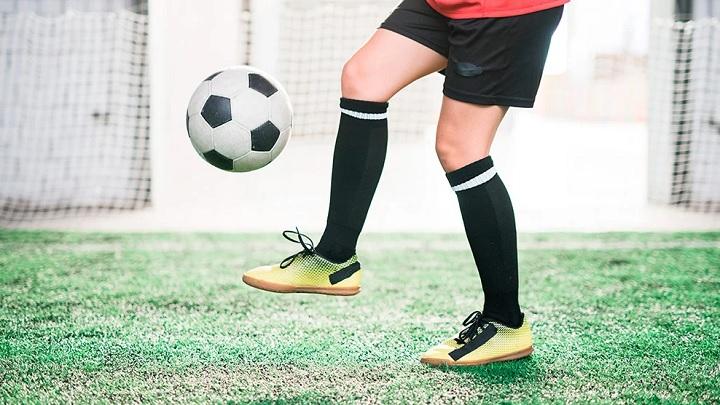 nino-botas-de-futbol